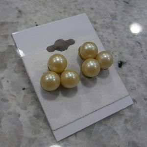 🎀 triple pearl earrings